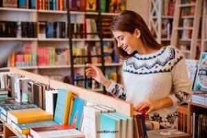 Quant aux tables des libraires, elles sont envahies par une multitude de livres à succès avec des titres plein d'humour.